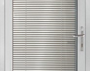 Дверные блоки с остекленным полотном в алюминиевой раме.